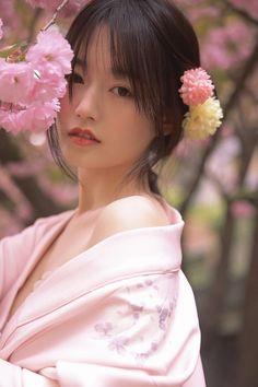 Traditional Kimono, Traditional Dresses, The Most Beautiful Girl, Beautiful Asian Girls, Asian Flowers, Exotic Beauties, Japan Girl, Japan Fashion, Life Drawing