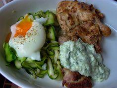 Vöröskaktusz diétázik: Sült csirkecomb cukkinisalátával, buggyantott tojással és tzatzikivel