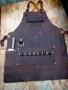 Chef& Leather Apron with Knife Sheath Pockets by CyclonaDesigns Chef Knife Bags, Work Aprons, Leather Apron, Apron Designs, Gaines, Knife Sheath, Le Chef, Leather Projects, Leather Crafts