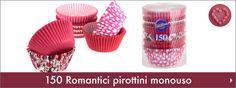 Romantici pirottini in carta da forno con cuori e strisce colorate