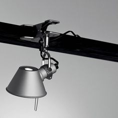 Lampe à pince à LED de la collection Tolomeo, composée d'une pince d'accroche et d'un bras réalisés en aluminium poli supportant un abat-jour conique en aluminium anodisé.Dessinée par le célè...