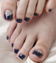Nail art easy in 20 good ideas to beautify the feet nail art facile pour les ongles des pieds – vernis noir, base nude et strass - Nail Designs Simple Toe Nails, Pretty Toe Nails, Cute Toe Nails, Toe Nail Art, Fancy Nails, Pretty Toes, Black Toe Nails, Pretty Pedicures, Gold Nails