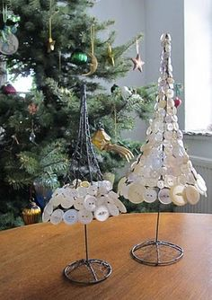 (::) Christmas tree. Chicken wire and pearl buttons... must try!