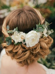 This gorgeous Verity eucalyptus hair comb is handmade in Britian by Gypsy Rose Vintage. Each hair comb is carefully hand-crafted using high quality artificial silk flowers, featuring a centre iv…