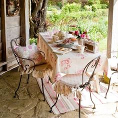 Alfresco country dining For outdoor eating country style, choose a faded floral table cloth and metal garden chairs softened with sweet, frilled seat cushions. Table A Antiques Chairs Marston Langinger Outdoor Seating, Outdoor Rooms, Outdoor Dining, Outdoor Furniture Sets, Outdoor Decor, Shabby Home, Boho Home, Shabby Bedroom, Bedroom Bed