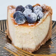 The very best Classic New York Baked Cheesecake recipe - rich, creamy andabsolutely foolproof! Follow my simple tips for cooking a perfectly baked cheesecakeevery single time. New York Baked Cheesecake, Baked Cheesecake Recipe, No Bake Cheesecake, Classic Cheesecake, Homemade Cheesecake, Baking Tins, Baking Recipes, Cookie Recipes, Xmas Recipes