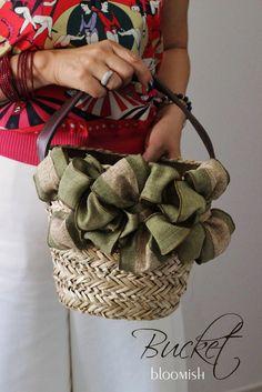 カーキ×モスグリーンが一番人気♪かごバッグレッスン の画像|東京目黒プリザーブドフラワー教室アーティフィシャルフラワー教室bloomish Fabric Handbags, Crochet Handbags, Lace Bag, Willow Weaving, Embroidery Bags, Basket Bag, Denim Bag, Beautiful Bags, Handmade Bags