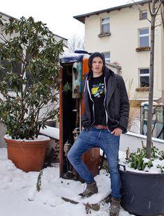 Laurent vor den alten Zapfsäulen in der Muskauer Straße in Berlin-Kreuzberg (1)