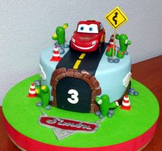 Otra tarta Cars 2   De Perla's   Tartas fondant personalizadas en Málaga