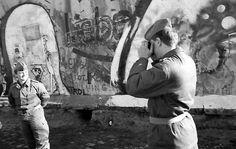 2179 ...halten auch die Soldaten diesen Moment für das heimische Fotoalbum fest.  Foto: Joachim Schörbach