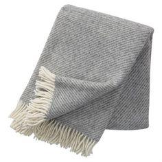 Linus ist eine stilreine Lammwoll-Decke von Klippan Yllefabrik, die in verschiedenen Farbtönen bestellbar ist. In Schweden sind Klippan-Decken sehr weit verbreitet und sehr beliebt.