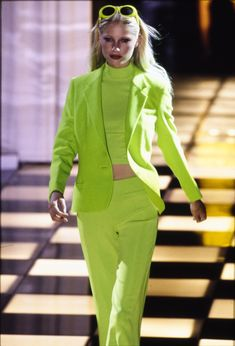 Versace Spring 1996 Ready-to-Wear Accessories Photos - Vogue Green Fashion, 90s Fashion, Runway Fashion, High Fashion, Fashion Show, Vintage Fashion, Fashion Design, Latex Fashion, Versace Suits