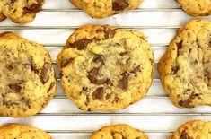 Τα κλασικά αμερικάνικα cookies τα ονομάζουν οι Αμερικάνοι «chocolate chip cookies» και το ίντερνετ είναι γεμάτο από συνταγές με αυτά. Cookies, Muffin, Breakfast, Recipes, Cooking Ideas, Food, Crack Crackers, Morning Coffee, Biscuits