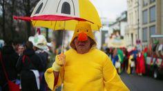 2. März 2017, #Nordrhein-Westfalen: Ein #Karnevalist kommt in #Köln zu den Schul- und Viertelszügen (Schull und Veedelszöch). Einen Tag vor #Rosenmontag ziehen traditionell Schulen und Vereine mit selbst gemachten #Kostümen durch die Stadt. (Foto: dparz)