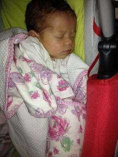 valentina descansando com um soninho profundo na sua manta soft tijolinho amarelo