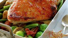 Legg poteter, bacon og kalkunfilet i en stor og god form og stek alt i ett. Server med madeirasaus eller en annen god saus som passer til kalkun.