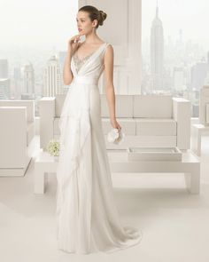 Vestido y funda de gasa de seda y tul con pedrería, en color natural.