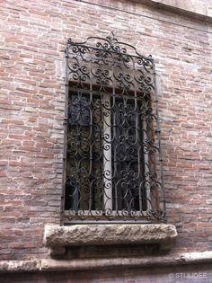 Smeedijzeren hekwerk voor raam