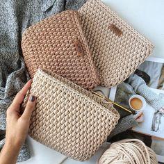 Free Crochet Bag, Crochet Pouch, Knit Crochet, Crochet Handbags, Crochet Purses, Diy Crafts Crochet, Crochet Projects, Crochet Dinosaur, Baby Shoes Pattern