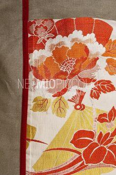 Borsa con doppio manico rigido, pezzo unico realizzato a mano. Materiali: lino con inserto in seta di kimono giapponese anni '50-'60 e dettagli in velluto. I manici sono in legno