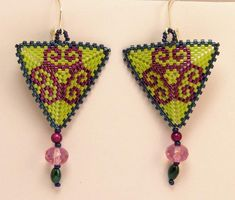 Dangle Earrings – Triangle earrings in green and magenta – a unique product by DarkEyedJewels on DaWanda Etsy Earrings, Drop Earrings, Triangle Earrings, Magenta, Crochet Earrings, Dangles, Handmade Jewelry, Unique, Green