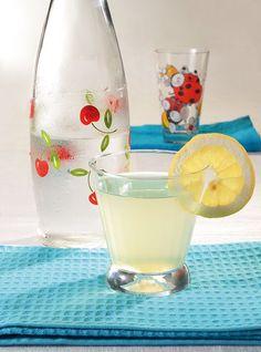 Αν θέλετε να έχετε στο ψυγείο ετοιμοπόλεμη τη δική σας σπιτική λεμονάδα, ιδού η συνταγή. Θα τη διαλύετε με παγωμένο νερό ή σόδα και, αν θέλετε, θα τη σερβίρετε με μερικά φυλλαράκια φρέσκου δυόσμου. Smoothie Drinks, Detox Drinks, Smoothies, Greek Desserts, Greek Recipes, Oranges And Lemons, Fruit Punch, Alcoholic Drinks, Beverages