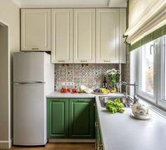 Új konyha idős hölgy lakótelepi lakásában - mosogató ablak előtt, természetes, nyugodt színek