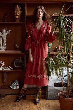 The complete Vilshenko Resort 2018 fashion show now on Vogue Runway. Office Fashion Women, Womens Fashion For Work, Work Fashion, Fashion Week, Fashion Outfits, Fashion Design, Fashion Trends, Fashion 2018, Runway Fashion