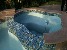 Teal/Blue Mosaic Glass Tile Design for Pool & Hot Tub Modern Pool And Spa, Modern Pools, Waterline Pool Tile, Roman Pool, Pool Porch, Backyard Patio, Pool Finishes, Pool Remodel, Dream Pools