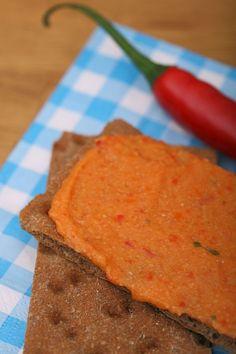 Deze hummus is lekker pittig, en super makkelijk te maken! In de supermarkt kun je ook verschillende soorten hummus vinden (in de koeling bij de broodbeleg-salades), voor wanneer je het nóg iets makkelijker wil hebben. Als je niet zo van pittig houdt kun je de peper weglaten.