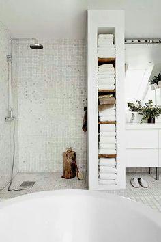Afscheiding douche met opbergruimte voor handdoeken