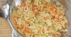 Fabulosa receta para Ensalada de repollo, manzana y zanahorias con aliño de yogur . Una ensalada súper fácil para acompañar carnes de cerdo o de aves. También queda bien para acompañar fiambres fríos o salchichas a la parrilla o a la plancha. Lleva pocos ingredientes y se prepara en unos minutitos. Y además, es un plato ideal para aquellos que hacen dieta.