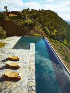 Contemporary Pools | Piscina e Espreguiçadeiras de Palha
