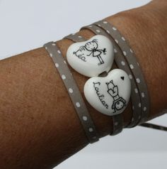 Un nouveau bracelet personnalisé avec un ou plusieurs petits coeurs bombés. A accorder avec un cordon ou un ruban. Vous trouverez des très jolis cordons et rubans à petits pois dans cette nouvelle collection! Prix: 1 petit coeur: 25 € 2 petits coeurs:...