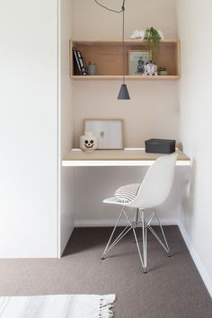 Home office decor is a very important thing that you have to make percfectly in your house. You need to make your home office decor ideas become a very awe Small Office Desk, Kid Desk, Small Desks, Small Workspace, Corner Office, Small Study Desk, Small Desk Space, Kids Study, Small Desk Areas