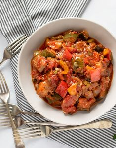 Easy Ratatouille An easy ratatouille recipe. A casserole of healthy veggies simmered in rich tomato sauce with garlic and herbs.An easy ratatouille recipe. A casserole of healthy veggies simmered in rich tomato sauce with garlic and herbs. Vegetarian Side Dishes, Vegetable Dishes, Vegetable Recipes, Vegetarian Casserole, Easy Ratatouille Recipes, Ratatouille Recipe With Meat, Delicious Vegan Recipes, Healthy Recipes, Clean Eating Snacks