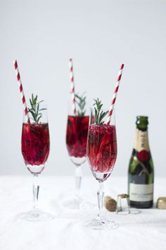 Drinks: Pomegranate, rosemary and champagne cocktail we love handmade How time flies! The last door of the Advent calendar is opened today. We hope that you have complet champagne cocktail drinks handmade Love pomegranate rosemary winteractivities w Pink Champagne Margarita, Cocktails Champagne, Margarita Drink, Winter Cocktails, Cocktail Drinks, Cocktail Recipes, Alcoholic Drinks, Vodka Martini, Christmas Cocktail