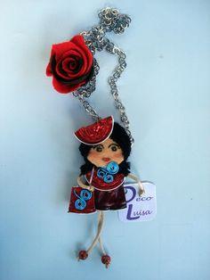 Con una rosa y bolso con adorno de aluminio en forma de espiral