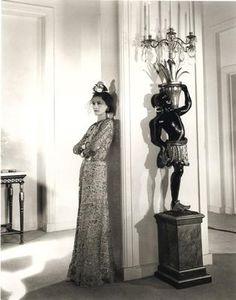 """""""Habillez-vous vulgaire et ne voient que la robe, des robes et de voir la femme""""  """"Dress vulgar and they only see the dress, dresses up and they see the woman""""  Gabrielle coco Chanel"""