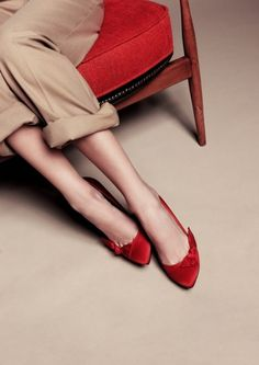 8 Keen Tips: Balenciaga Shoes Boots platform shoes espadrilles.Trendy Shoes Street Style yeezy shoes on feet. Red Flats, Red Shoes, Me Too Shoes, Bright Shoes, White Shoes, Red Pumps, Fashion Foto, Fashion Shoes, Red Fashion