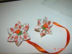 Marcador de páginas com flor de tecido, botão decorativo no centro e fita de cetim.  Lindo presente! R$ 8,00