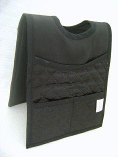 Lixeira dupla para colocar no câmbio do carro. Feita em tecido matelado dublado. Tem 2 bolsos pequenos e 2 grandes. R$ 31,00