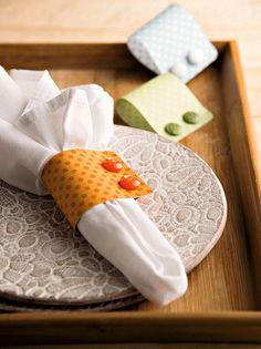 Anéis de guardanapo de scrap book lembram punhos de camisa. Botões Armarinhos Fernando (Foto: Cacá Bratke / Editora Globo)