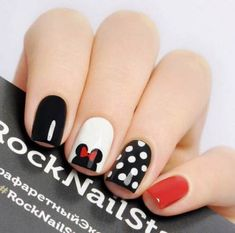 False nails have the advantage of offering a manicure worthy of the most advanced backstage and to hold longer than a simple nail polish. The problem is how to remove them without damaging your nails. Minnie Mouse Nails, Mickey Mouse Nails, Pink Minnie, Disneyland Nails, Disneyland Trip, Disneyland Ideas, Disney Nail Designs, Animal Nail Designs, Simple Nail Designs