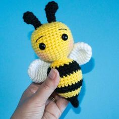 abeja amigurumi patron gratis rellenos Crochet Animal Patterns, Crochet Patterns Amigurumi, Stuffed Animal Patterns, Amigurumi Doll, Crochet Animals, Crochet Dolls, Crochet Bee Applique, Easter Crochet, Crochet Bunny