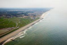 Nederland, Noord-Holland, Gemeente Schoorl, 28-04-2010; Hondsbossche zeewering gezien naar het zuiden, Schoorlse duinen aan de horizon. Link...