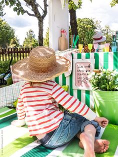 Välkommen alla sommarlovslediga kompisar på trädgårdskalas i vår kartongkiosk!– Vad får det lov att vara? Svåra beslut vid kiosken, tur att man kan sitta skönt medan man funderar… Blommorna i hinken SOCKER ramar in. Frida Eklund Edman, Fridasfina för IKEA Livet Hemma