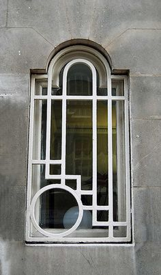 Pin Art Deco is characterized by geometric forms, stepped structures, sunbursts, and the Cubist language of broken forms and multiple perspectives. This window design is an example of Art Deco with its use of geometric forms and stepped structures. Display Design, Art Deco Design, Art Nouveau, Art And Architecture, Architecture Details, Design Industrial, Industrial Bathroom, Industrial Furniture, Estilo Art Deco