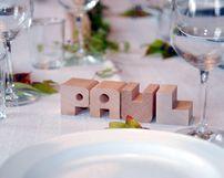 Tischdekoration-platzkarte-aus-holzbuchstaben