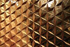 textura papelão dourado - cenografia da 35ª edição do SPFW, de primavera-verão 2013/14, criada pelos irmãos e designers Fernando e Humberto Campana